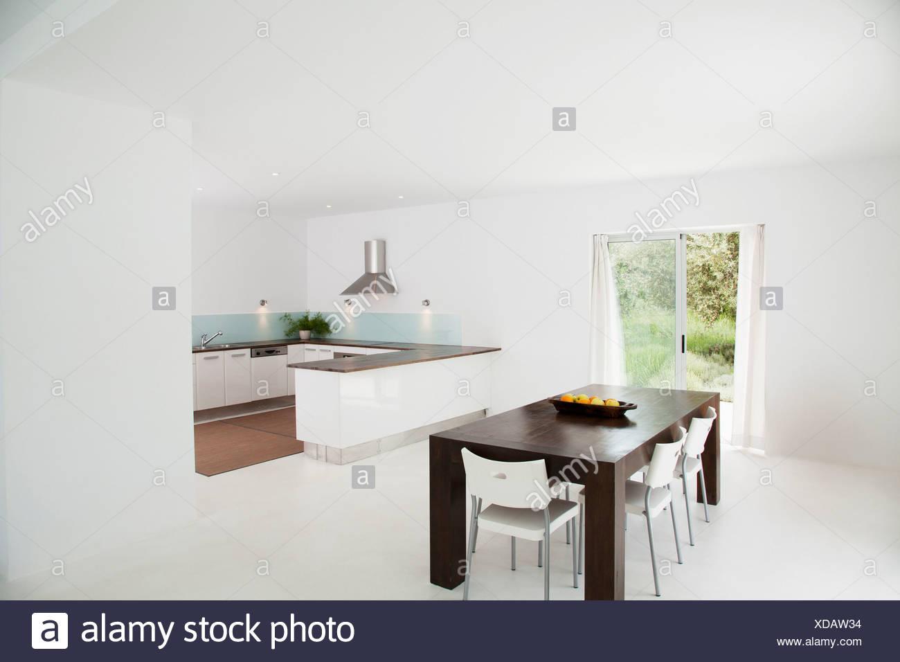 Mesa y sillas en cocina moderna Foto & Imagen De Stock ...
