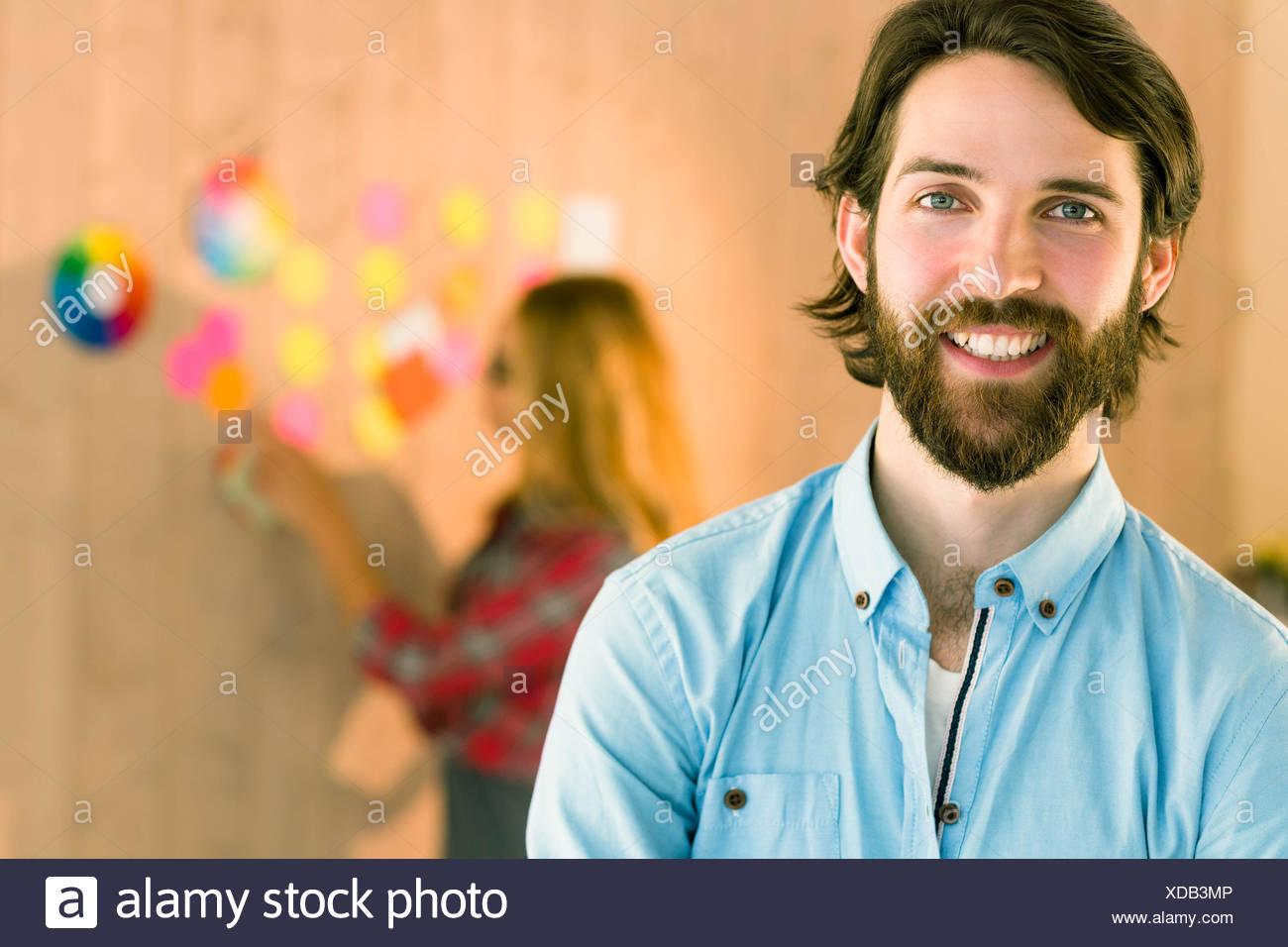 Hombre sonriendo a cámara creativos Imagen De Stock