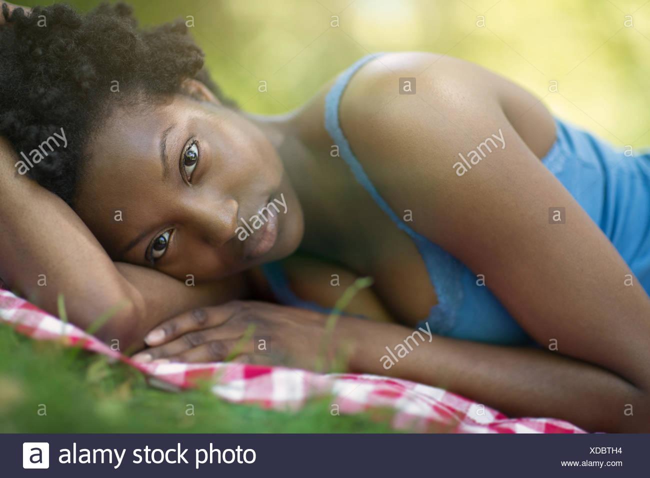 Retrato de mujer joven acostado en el lado en el parque Imagen De Stock