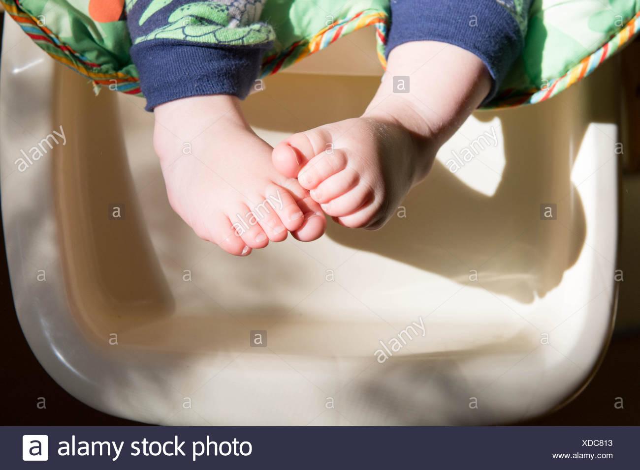 Cerca de los pies de un niño Imagen De Stock