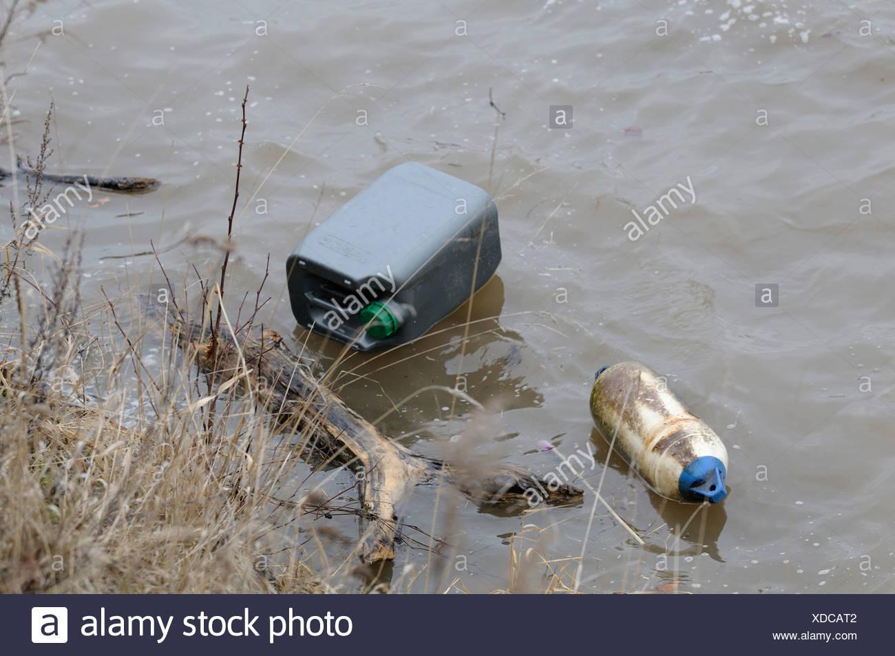 Río inundado con el pecio, a lo largo de la orilla, la contaminación del medio ambiente Imagen De Stock
