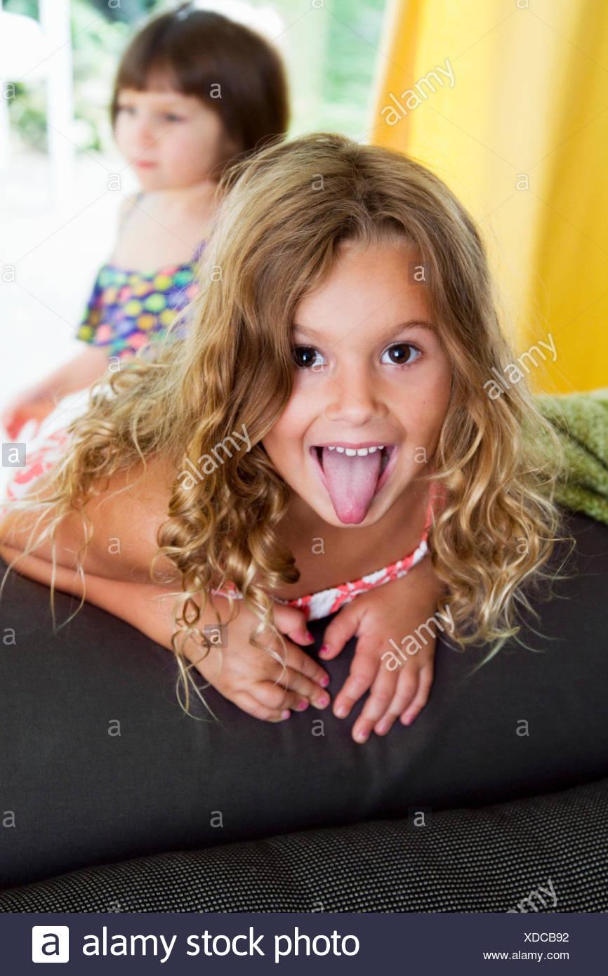 Retrato de seguros chica pegando su lengua fuera Imagen De Stock