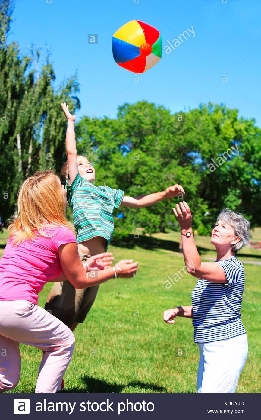 Abuelas En Pelotas familia jugando con una pelota foto & imagen de stock