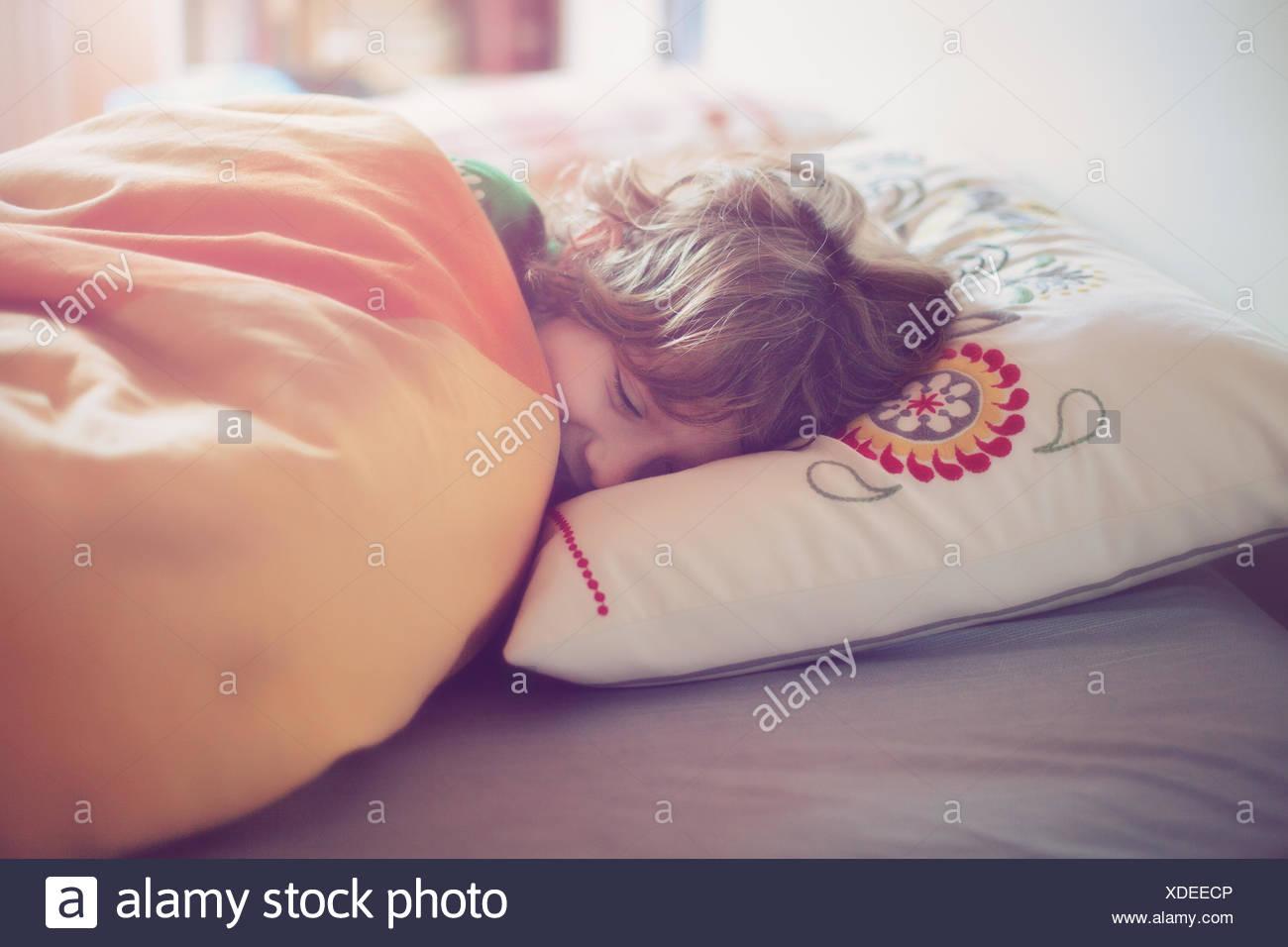 Niño dormido (6-7) en la cama Imagen De Stock