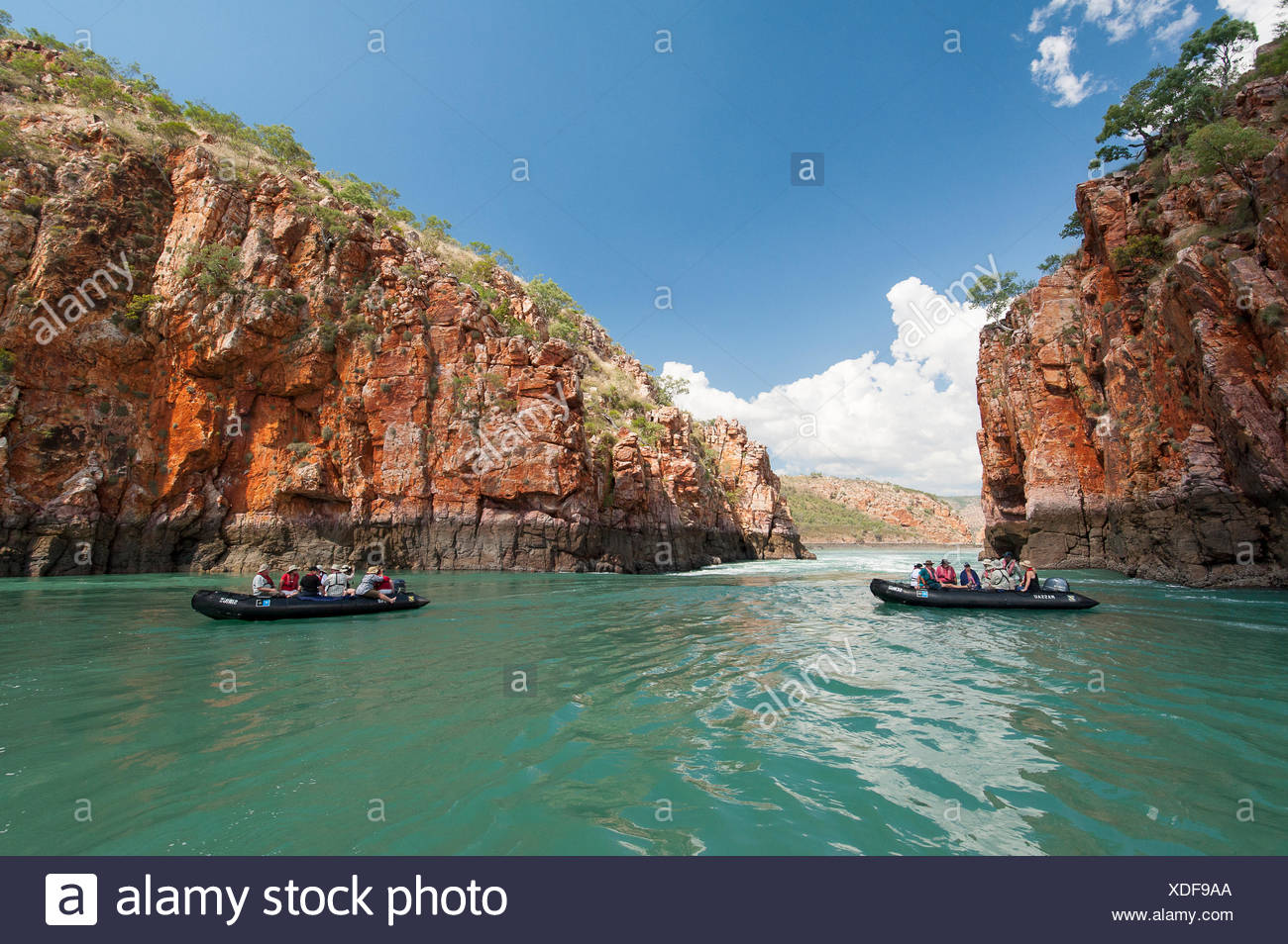 Los turistas de zodiacs explorar las mareas extremas fluctuaciones en cascadas horizontales en Talbot Bay, Australia Occidental. Foto de stock