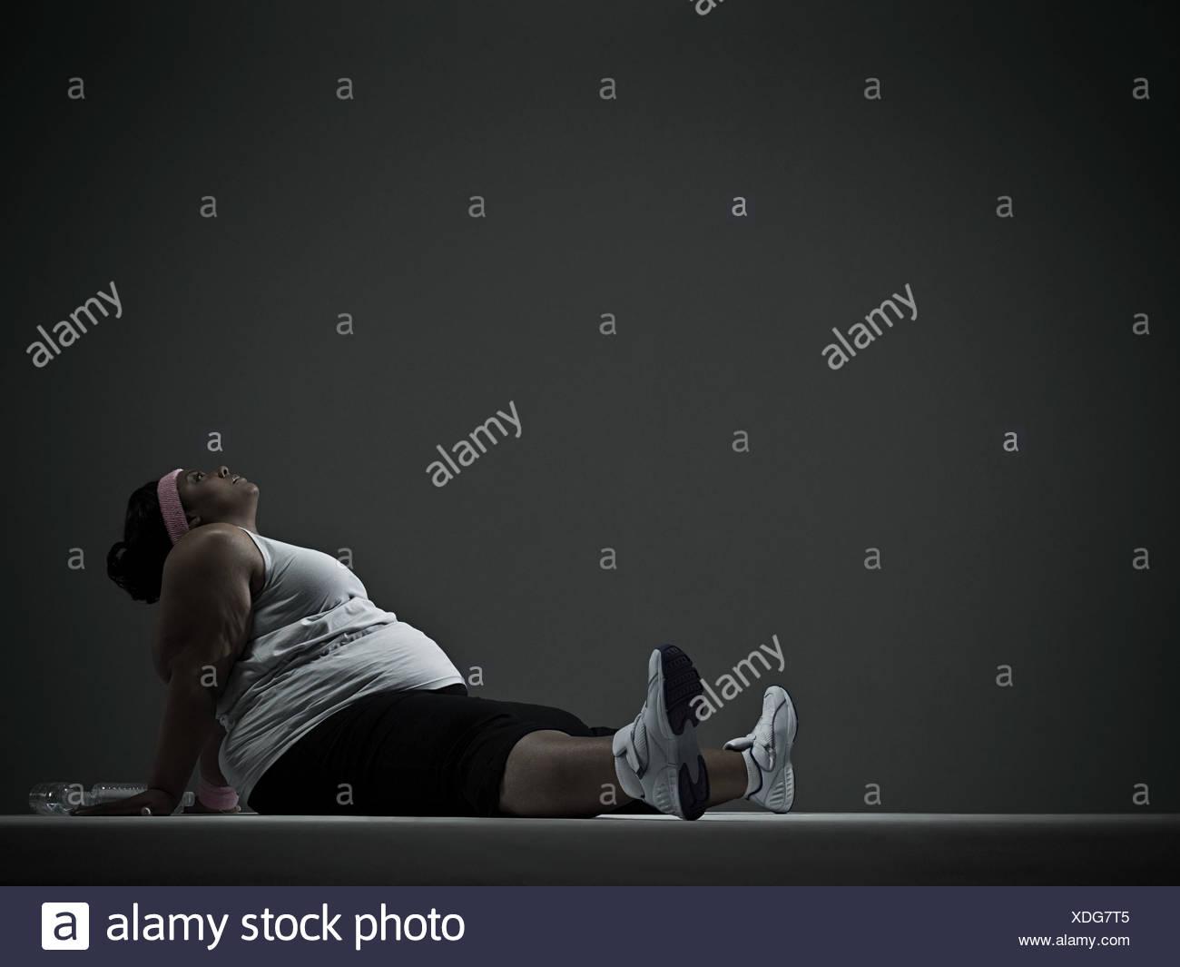 Mujer con sobrepeso en ropa deportiva Imagen De Stock