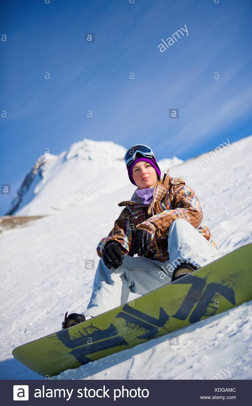 Retrato de una mujer snowboarder en Mt. Capó, Oregon. Imagen De Stock