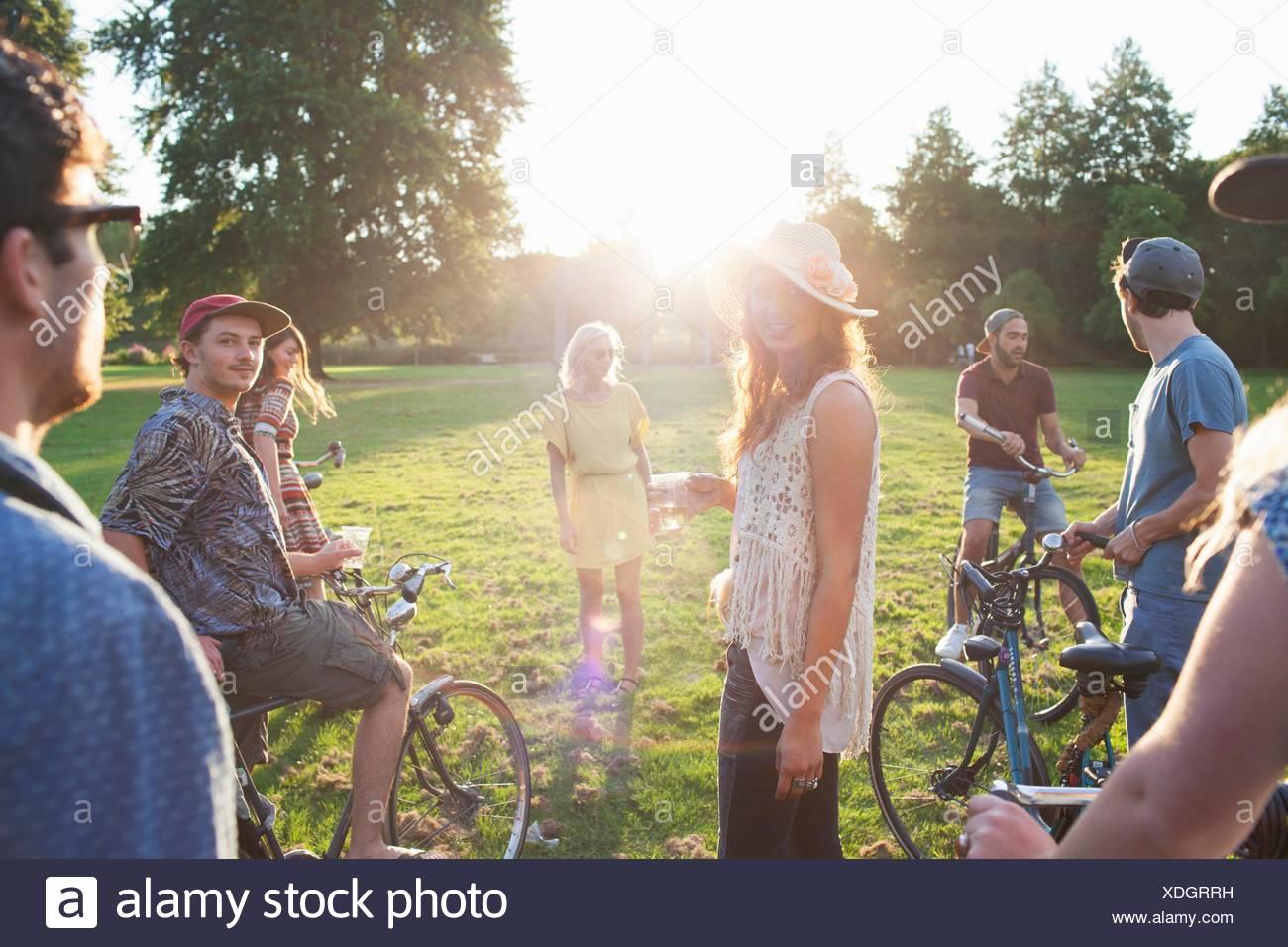 Grupo de fiesta adultos llegando en estacionamiento de bicicletas al atardecer Imagen De Stock