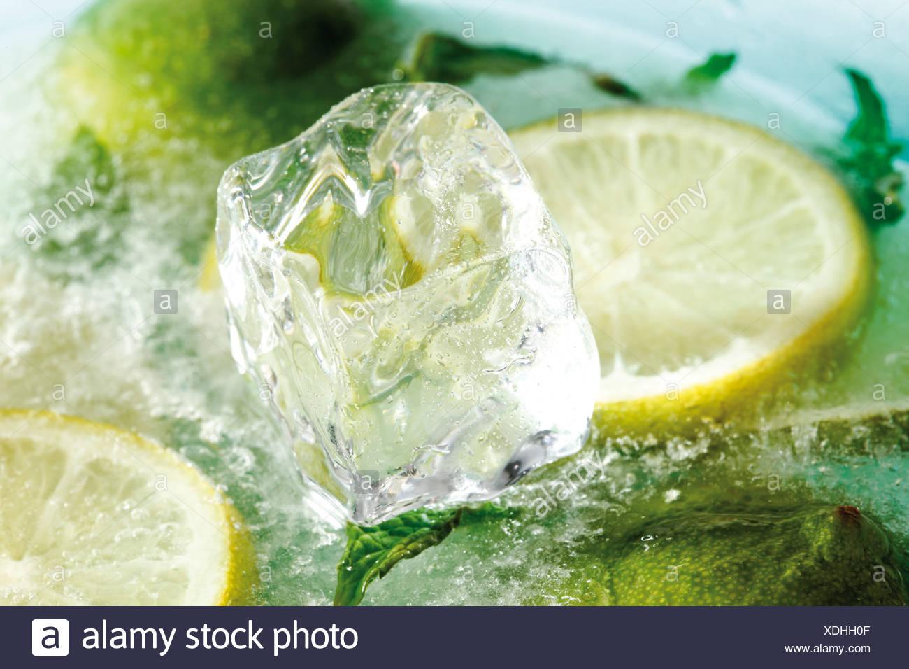 Congelar rodajas de limón, rodajas de limón y cubitos de hielo. Imagen De Stock