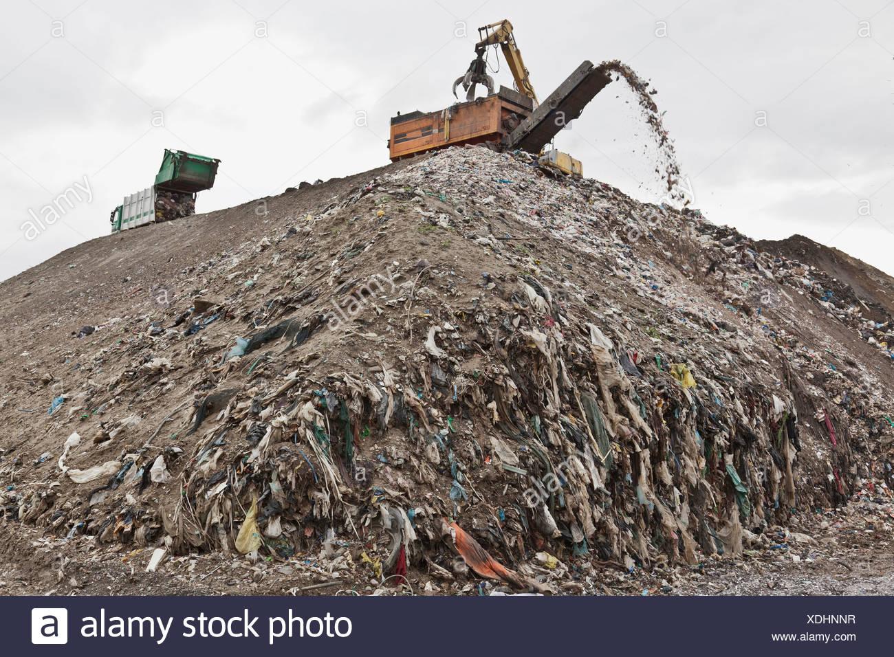 Maquinaria en el centro de recolección de basura Foto de stock