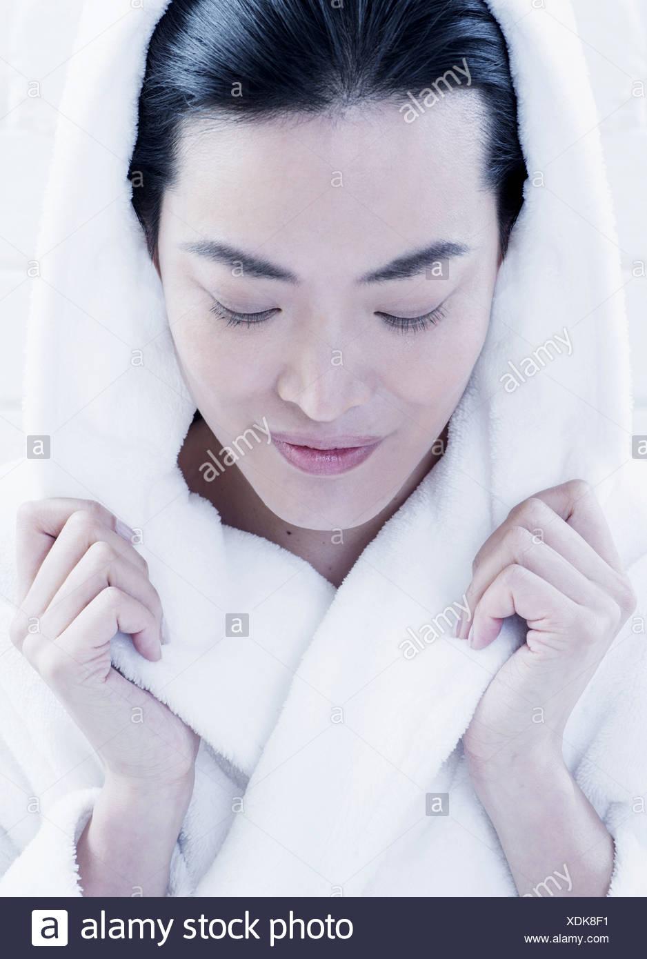 Mujer envuelta en albornoz fuzzy Imagen De Stock