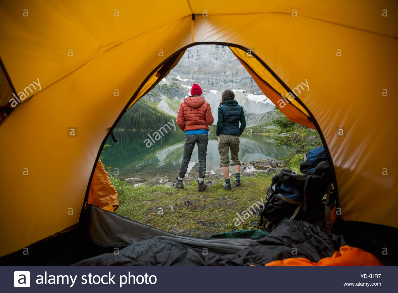 Mujeres Buscando amigos en lake view outside carpa camping Imagen De Stock