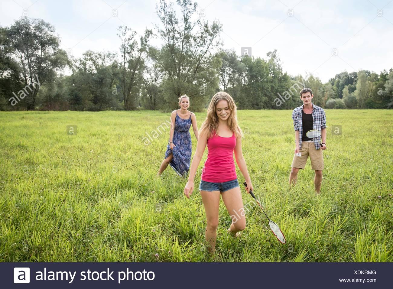 Grupo de jóvenes adultos jugar al bádminton en el campo Imagen De Stock