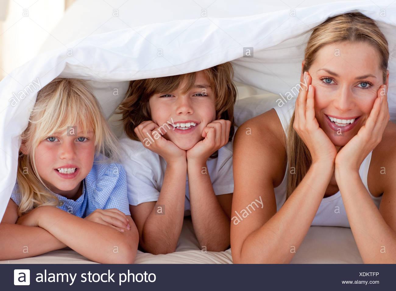 Atractiva madre de divertirse con sus hijos Imagen De Stock