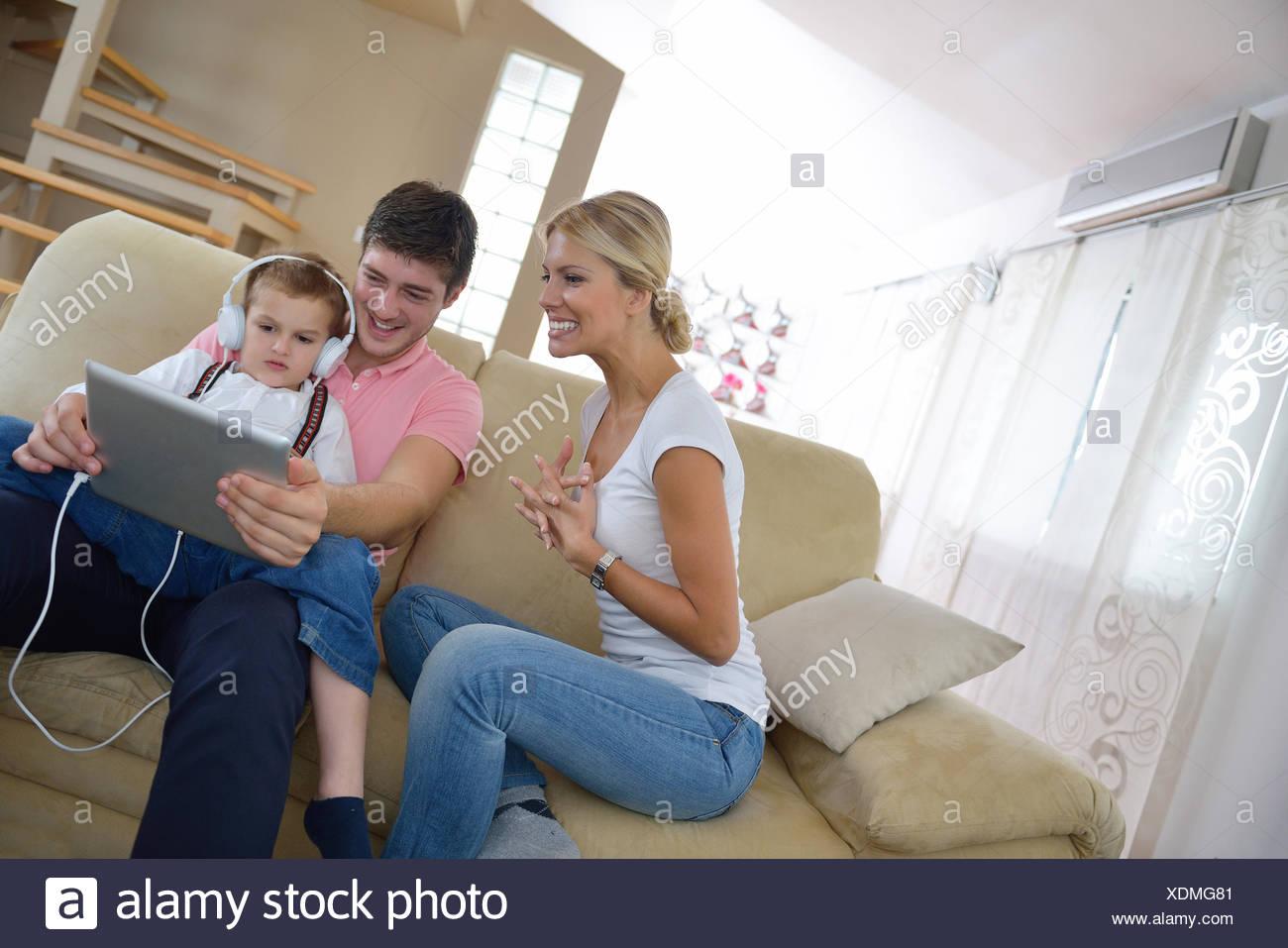 Feliz Familia Joven Con Tablet Pc En Casa Moderna Para Jugar Juegos