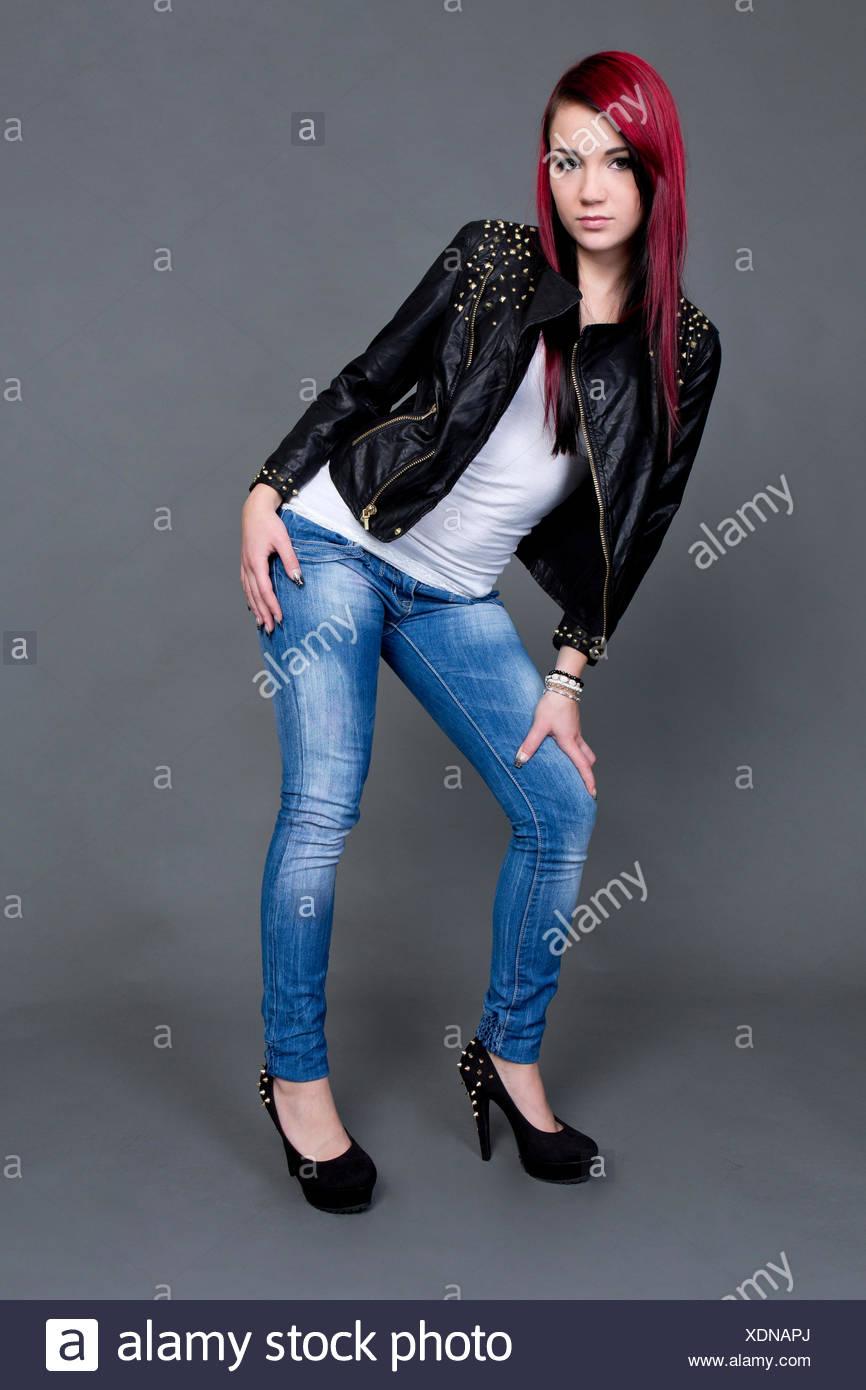 nueva llegada 2020 vende Mujer joven posando en una chaqueta de cuero, jeans y ...