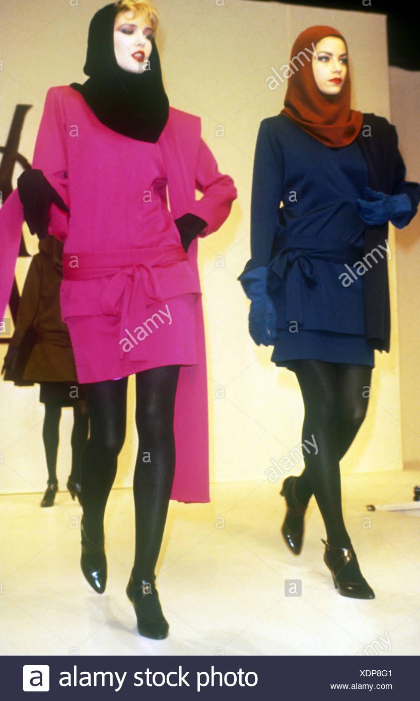 Yves Saint Laurent Paris Otoño Invierno dos mujeres vistiendo trajes falda  idénticas en azul marino y 999634d6255
