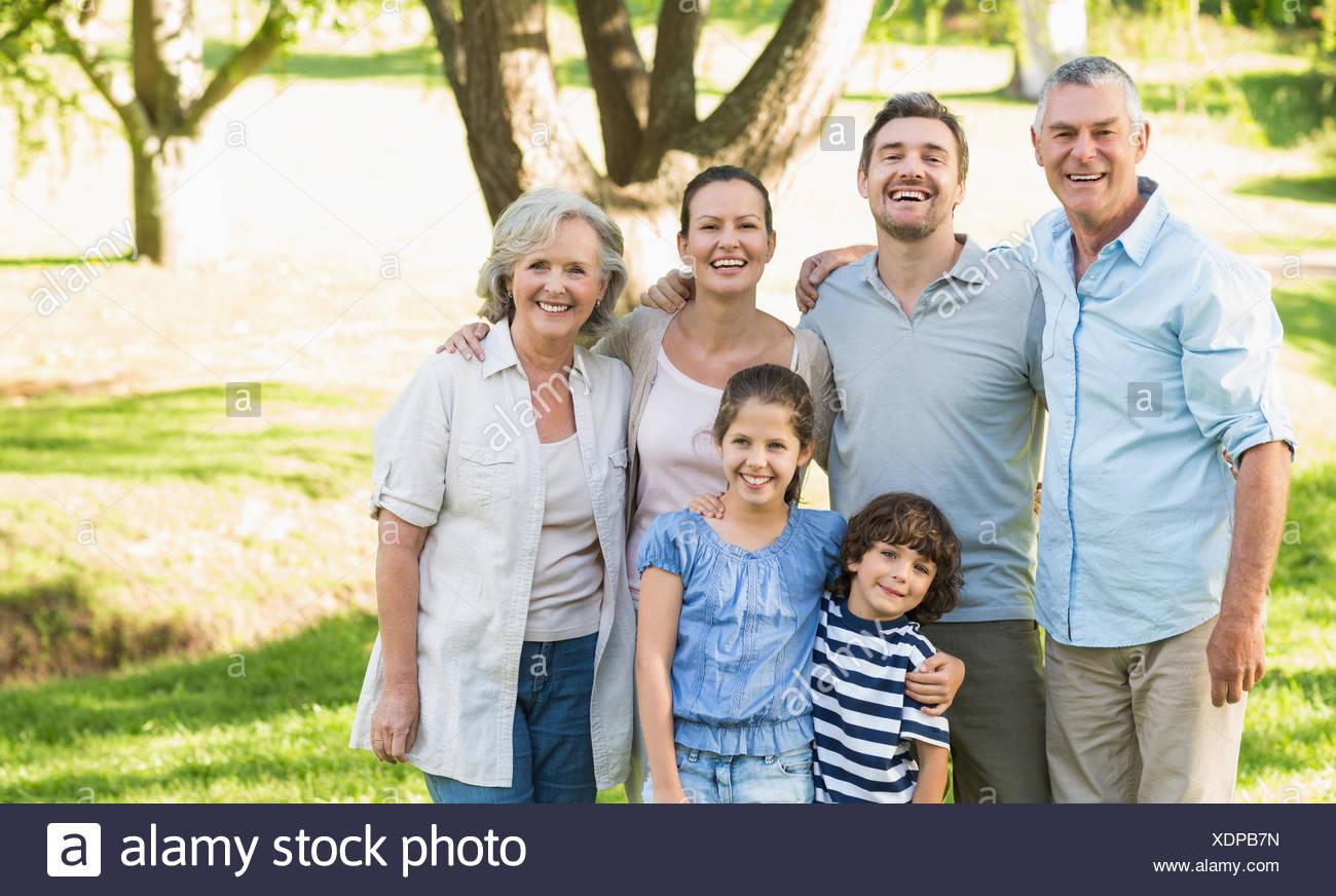 Retrato de una familia feliz en el parque Imagen De Stock