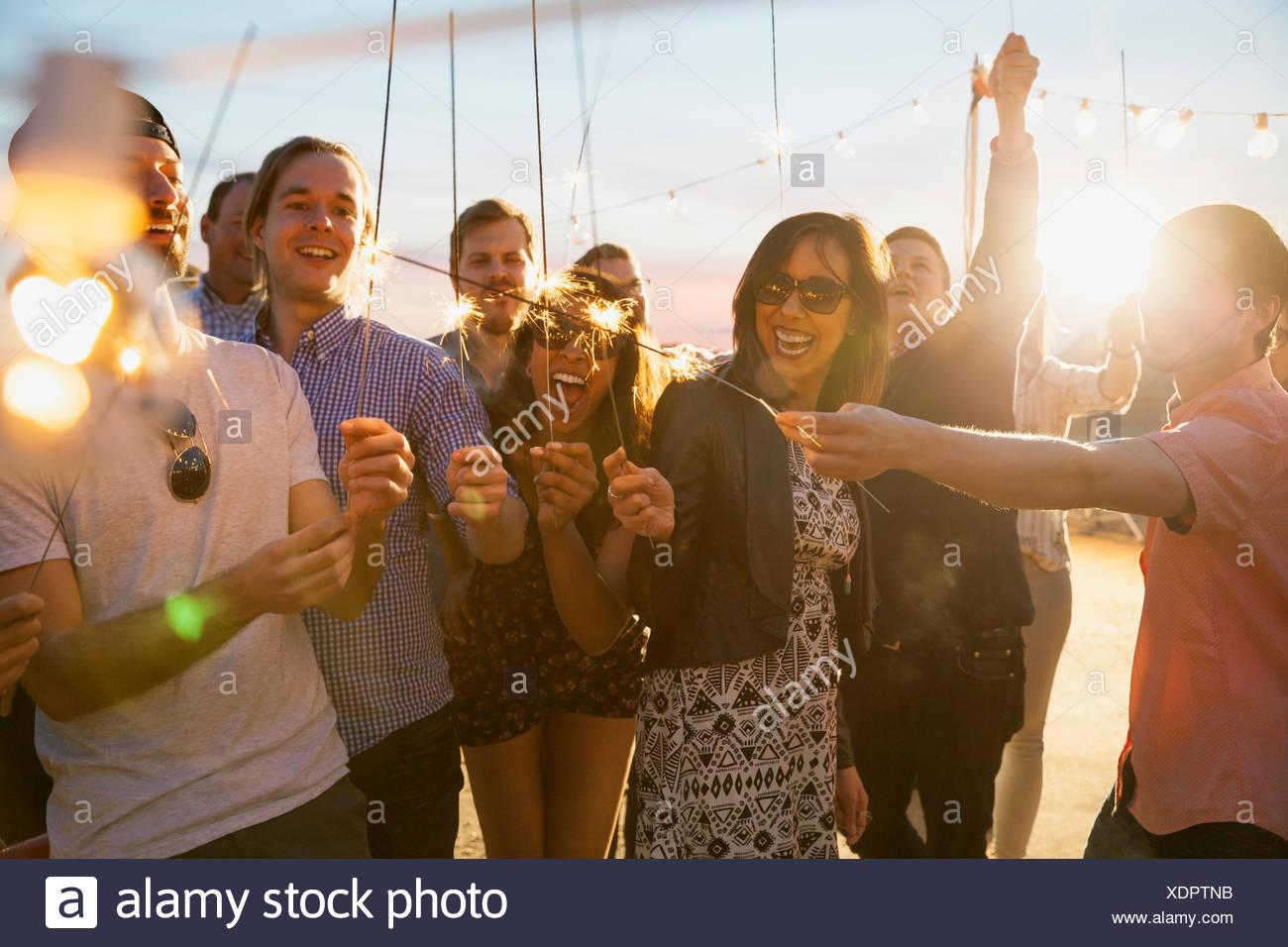 Amigos con estrellitas disfrutando parte Imagen De Stock