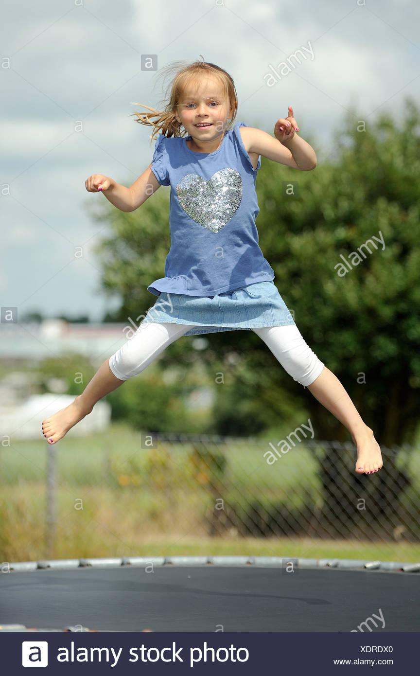 Italia, Calabria, Chica (2-3) saltando en trampolín en verano Imagen De Stock