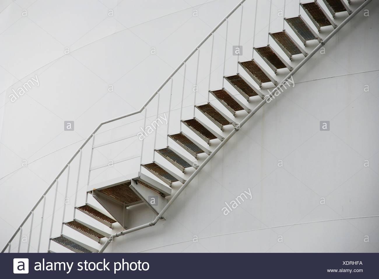 Ángulo de visión baja de escaleras contra la pared Imagen De Stock