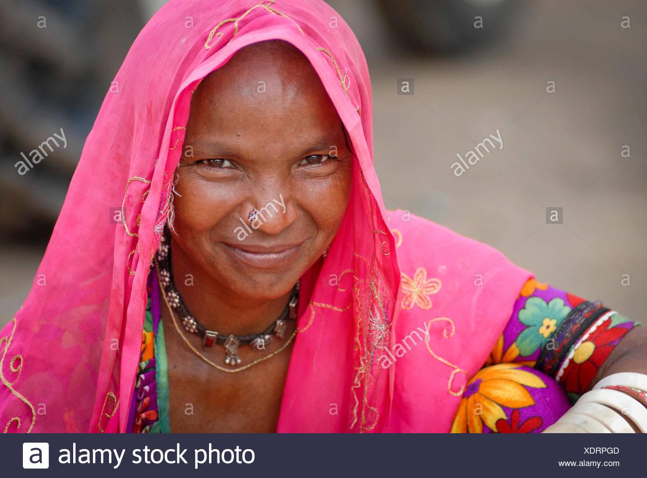 Mujer sonriente cerca de Dholpur, Rajastán, India, Asia Imagen De Stock