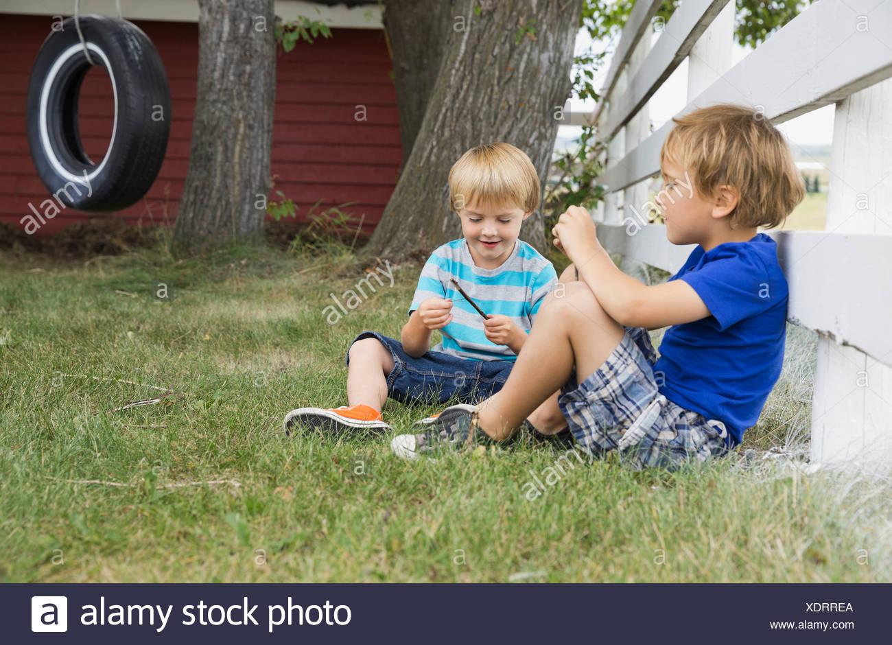 Los muchachos relajándose en el patio de atrás Imagen De Stock