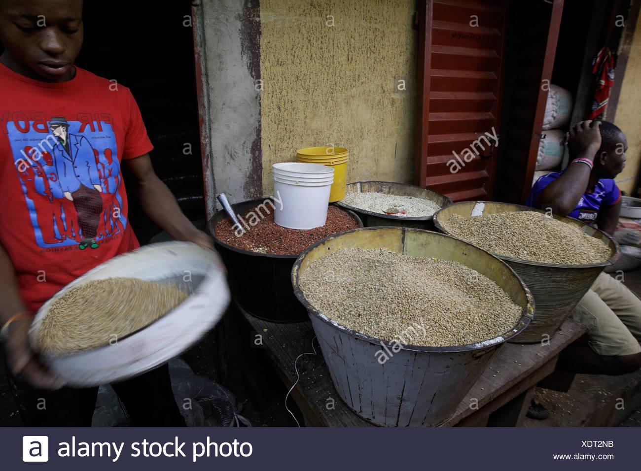 Separando la candidiasis de frijoles en la milla 12 Mercado, Lagos, Nigeria Foto de stock