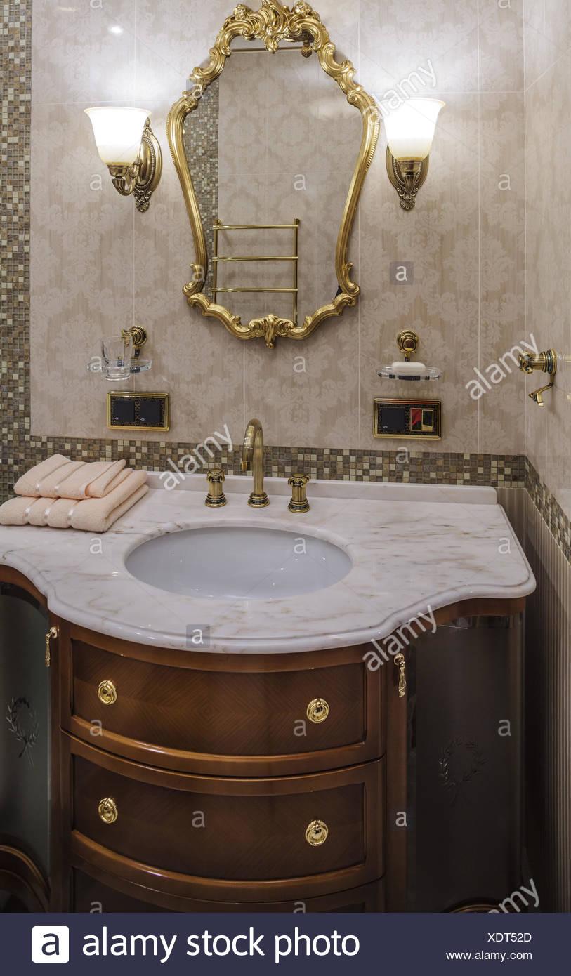 Cuarto de baño de lujo de estilo clásico Foto & Imagen De Stock ...