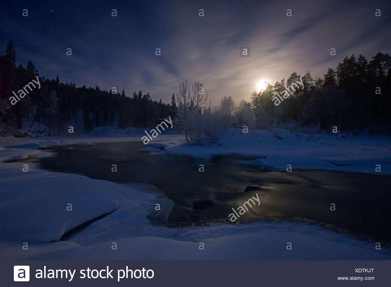 Luna en la Oulanka River en el Parque Nacional de Oulanka, Finlandia. Imagen De Stock