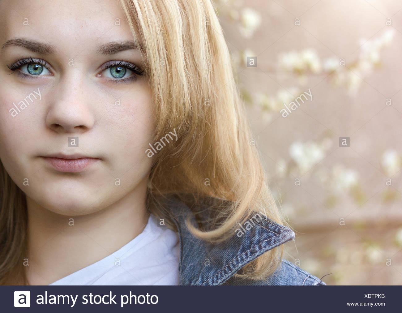 Chica (14-15) con ojos azules Imagen De Stock