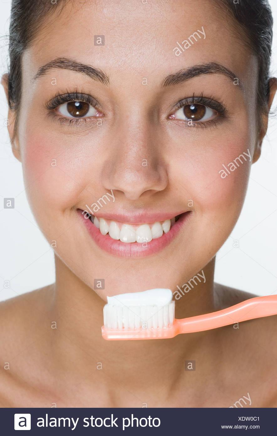Mujer sonriente con el cepillo de dientes Foto de stock