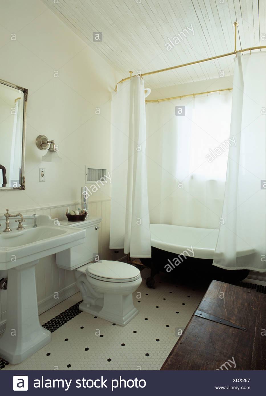 Las cortinas de ducha blanca en la bañera en el cuarto de baño ...