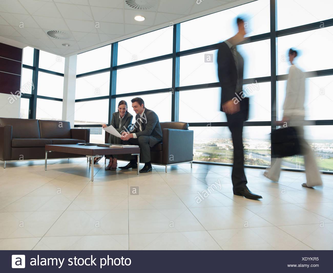 Gente de negocios trabajando juntos en la oficina de área de espera Imagen De Stock