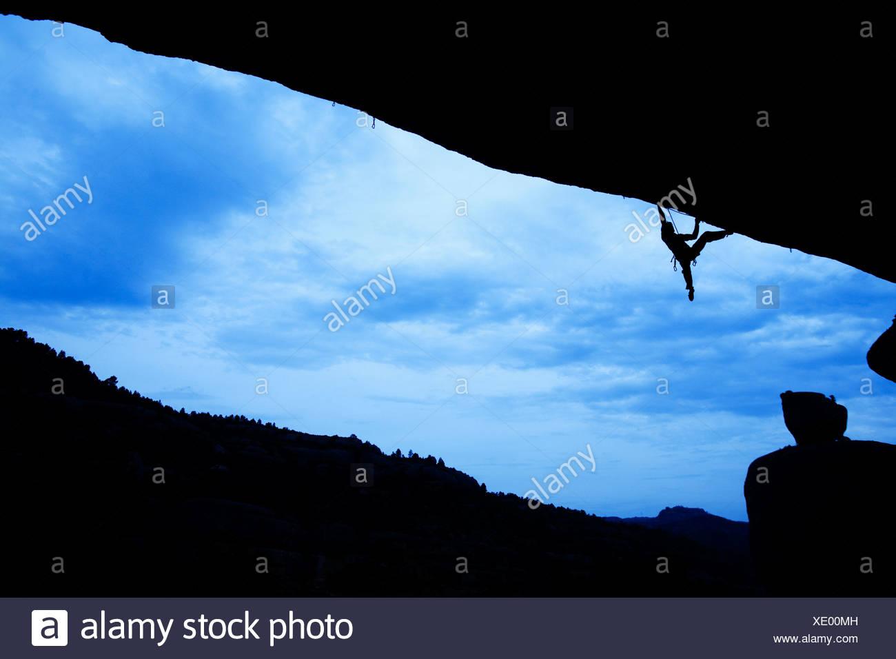 Un hombre sube la Roca en España. Foto de stock
