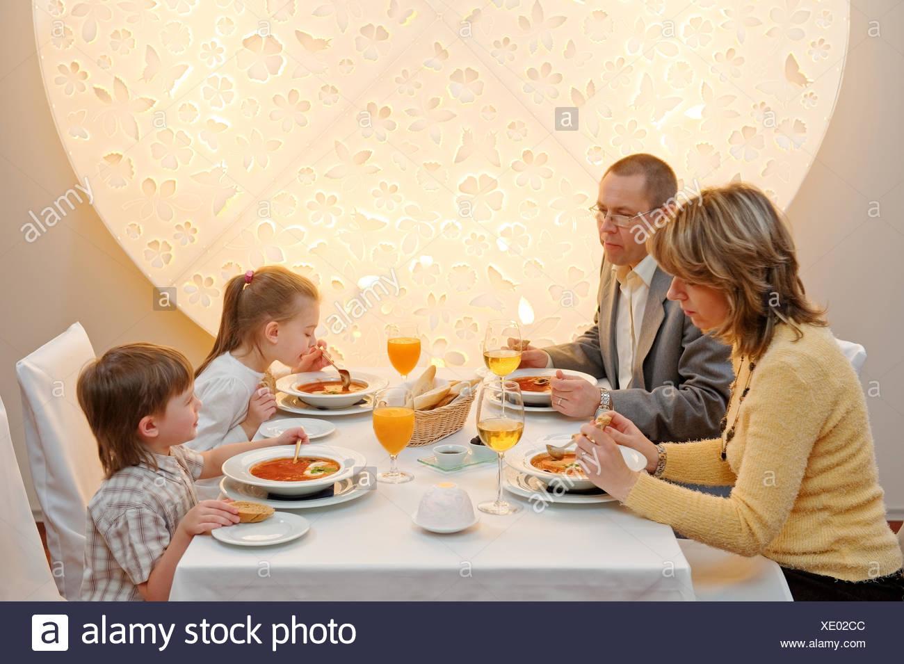 Cena En El Restaurante Familiar Comida Niño Comiendo Sopa