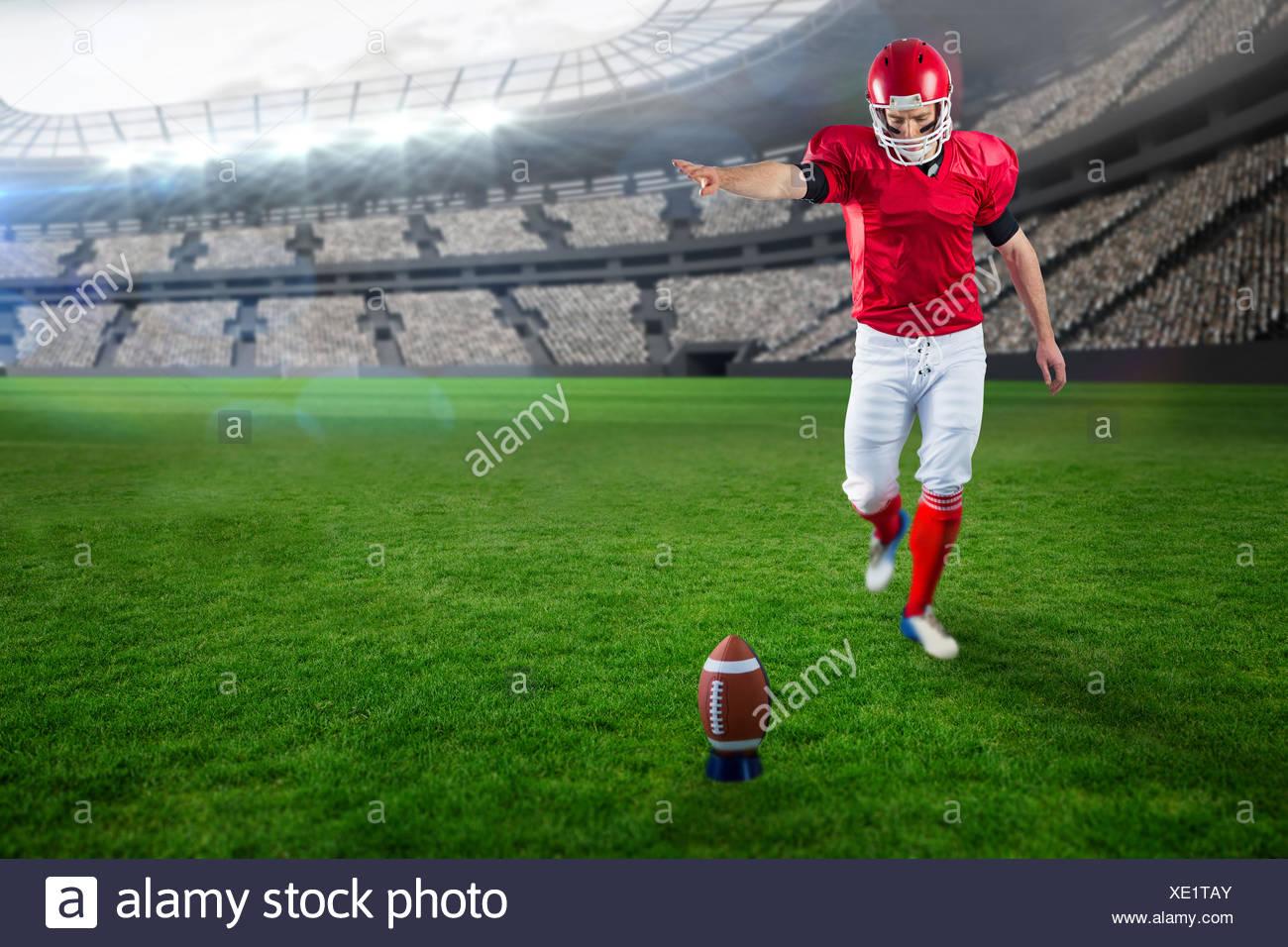 Imagen compuesta de jugador de fútbol americano fútbol patadas Imagen De Stock