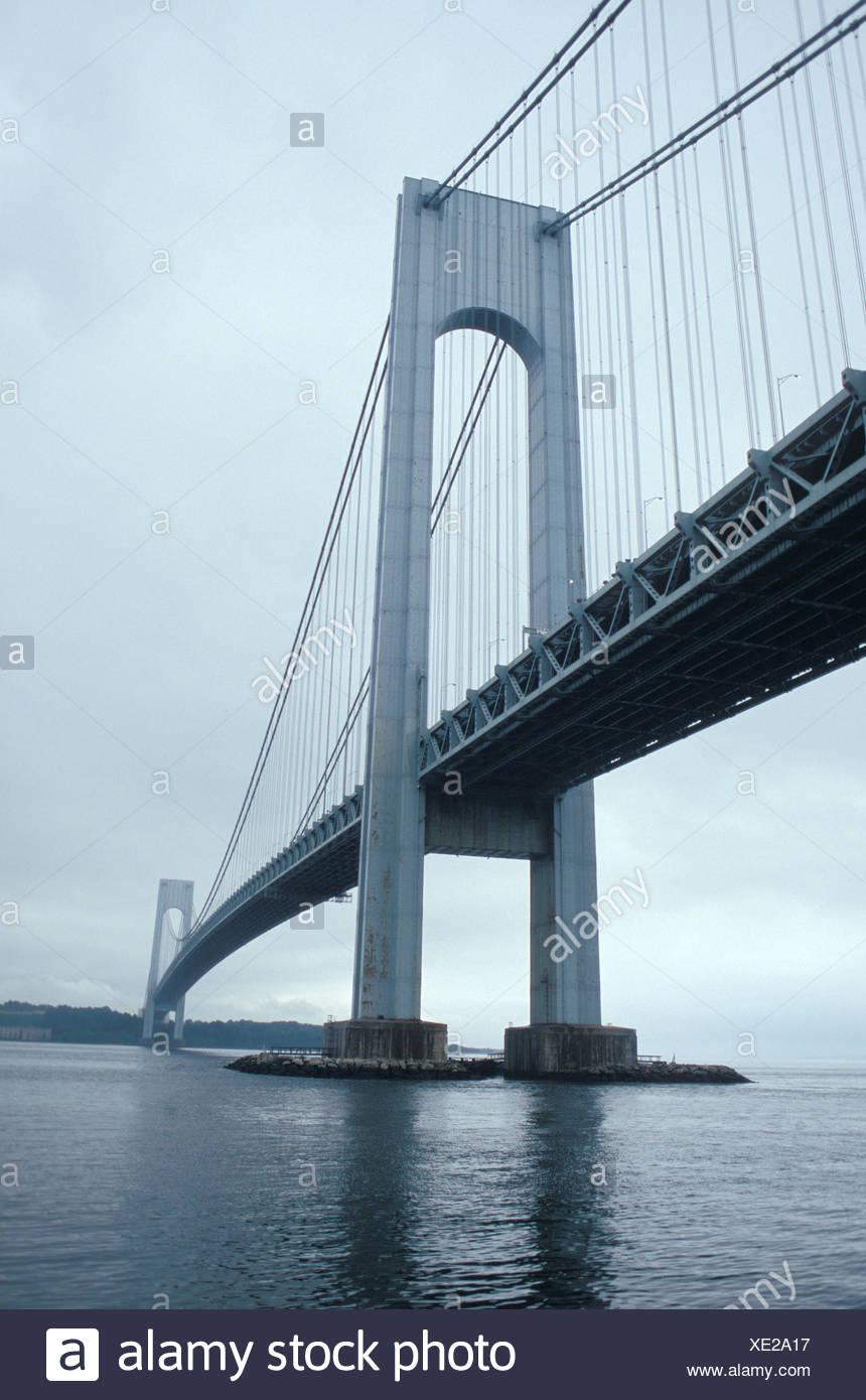 Un nublado día gris en el Puente Verrazano Foto de stock