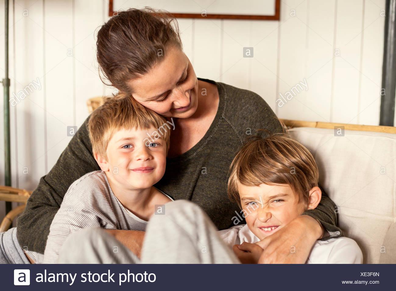 Suecia, Uppland Runmaro, Barrskar, retrato de la madre con dos hijos (4-5, 6-7) Imagen De Stock