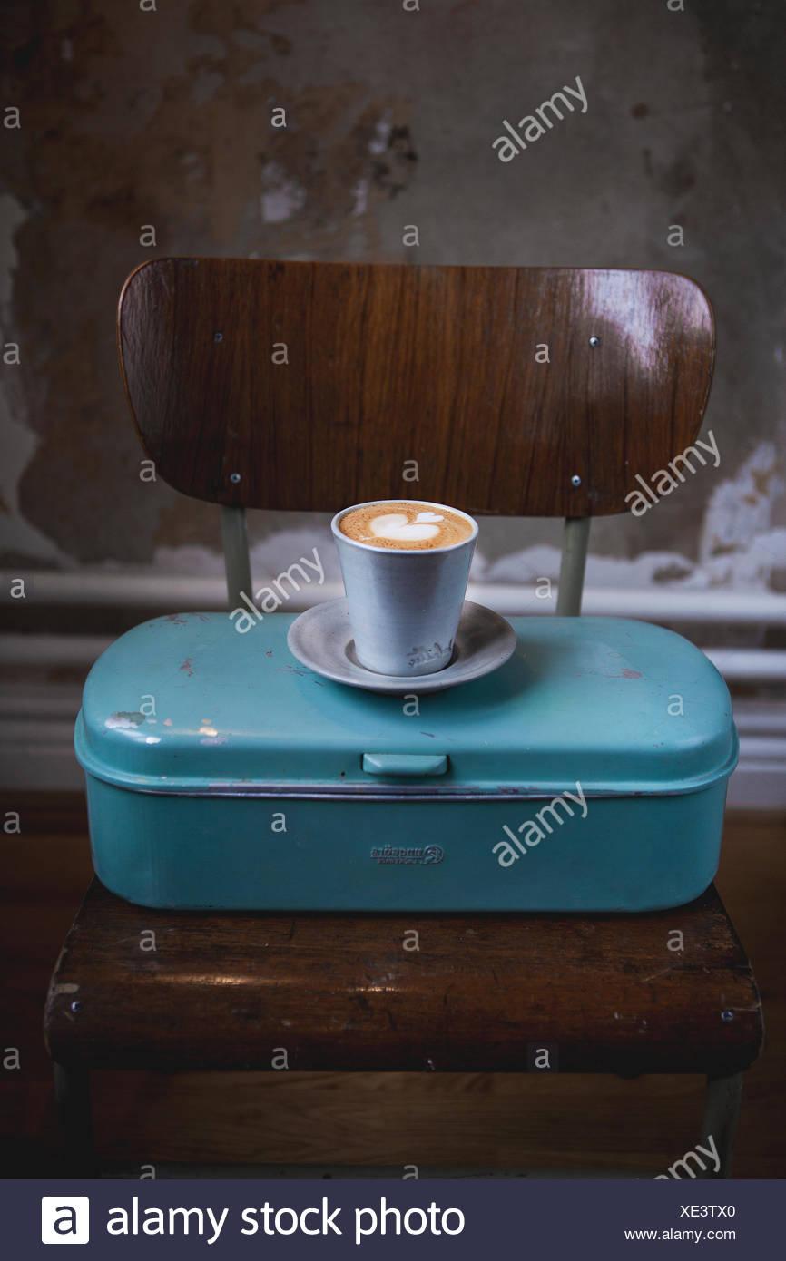 Latte café en recipiente de metal Foto de stock