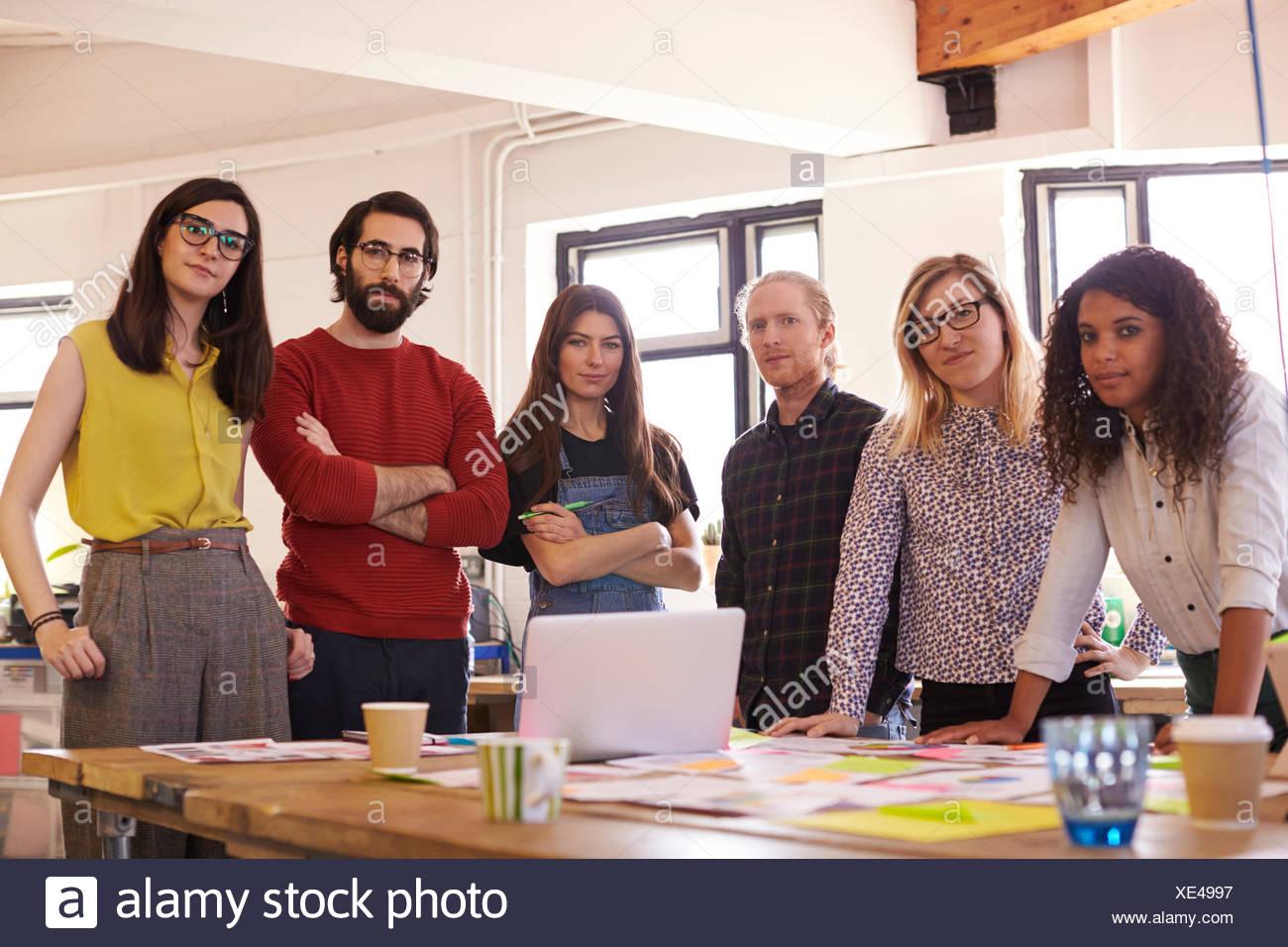 Retrato del equipo de diseño en la oficina moderna Imagen De Stock