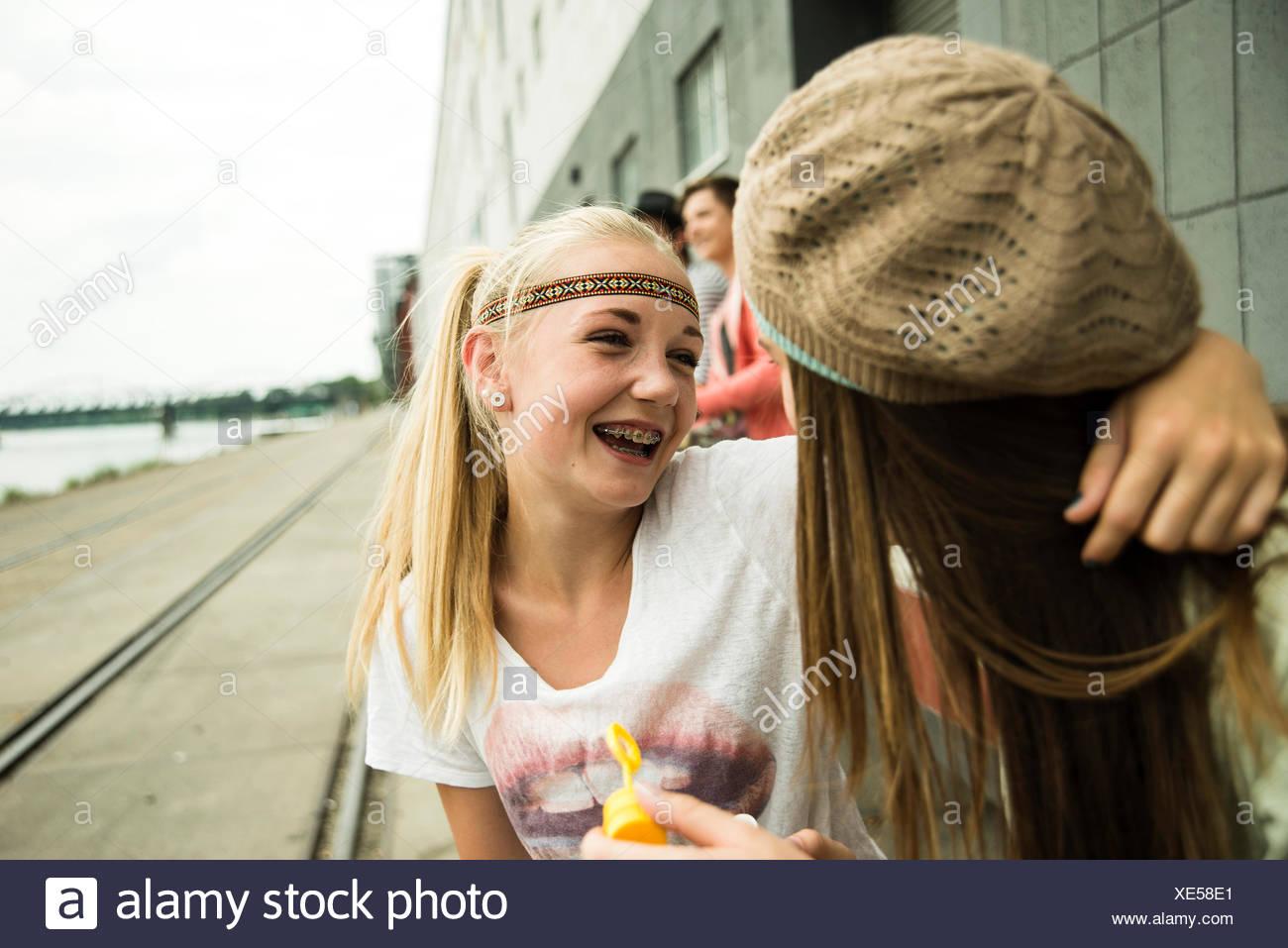 Dos chicas adolescentes abrazando al aire libre Foto de stock