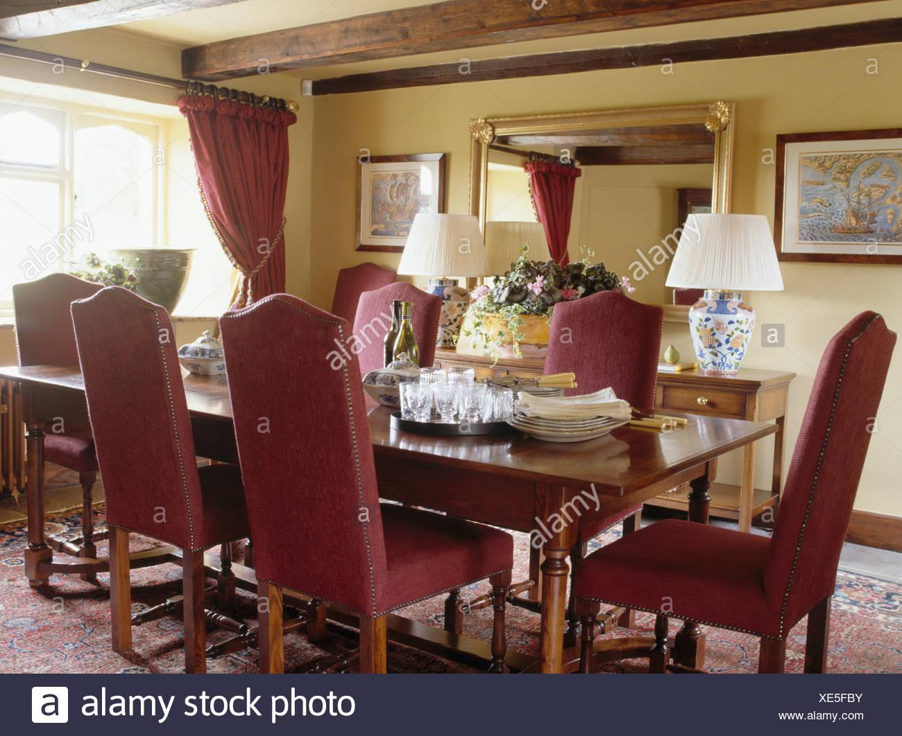 Sillas tapizadas de color rojo y roble antiguo en la cabaña ...