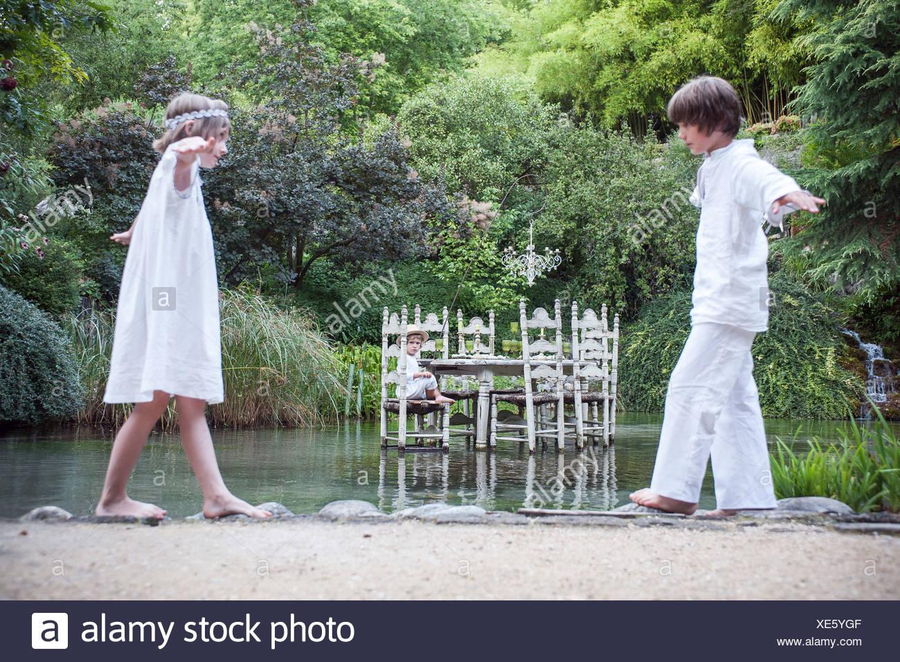 Niños jugando a hacer creer en el exterior Imagen De Stock