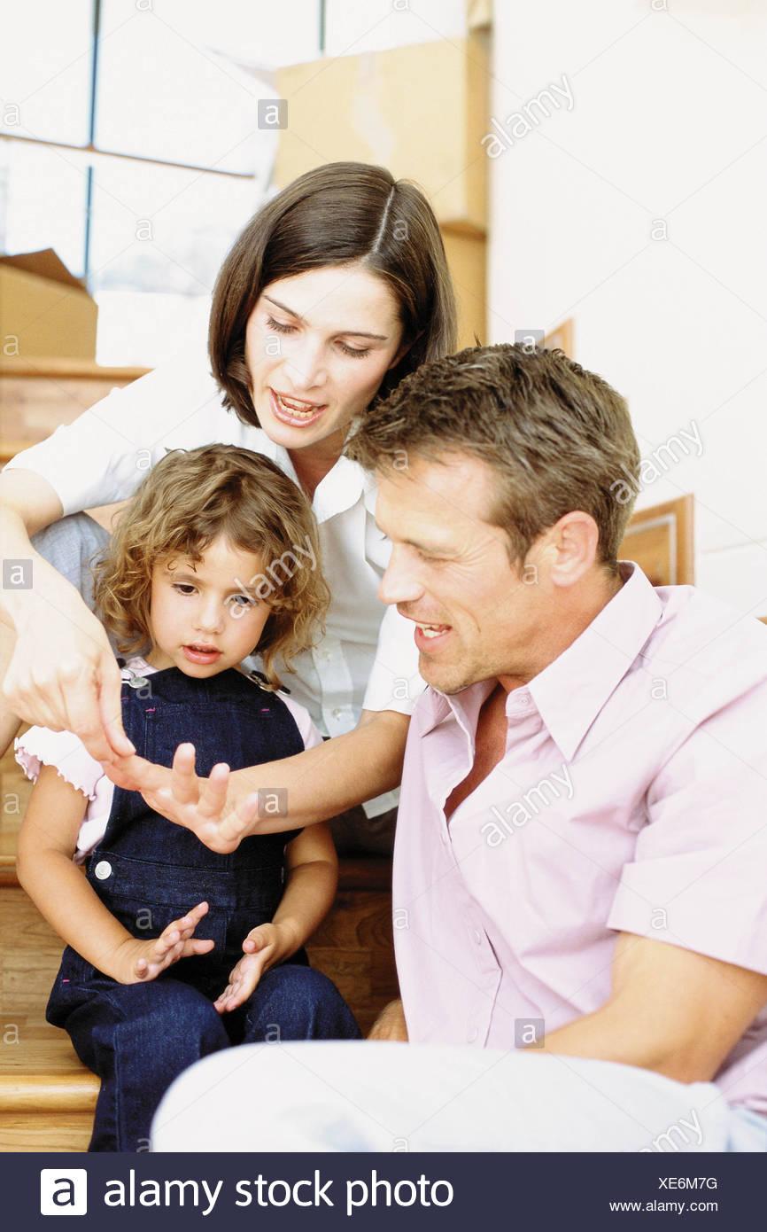 Los padres que enseñan a hija a contar Foto de stock