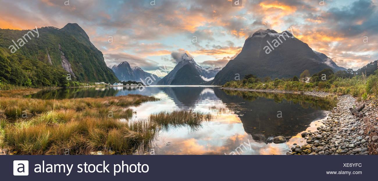 Pico Mitre reflejándose en el agua, puesta de sol, Milford Sound, el Parque Nacional Fiordland, Te Anau, región de Southland Southland Imagen De Stock