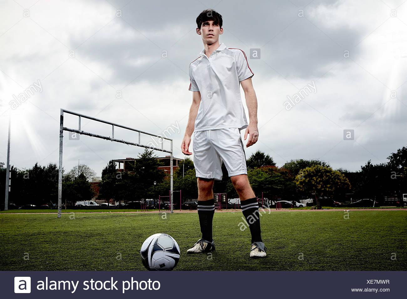Jugador de fútbol en el tono permanente Foto de stock