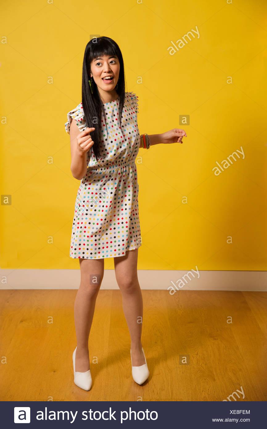 00d680cb2 Retrato de joven mujer vestidos de baile vestido manchado Imagen De Stock