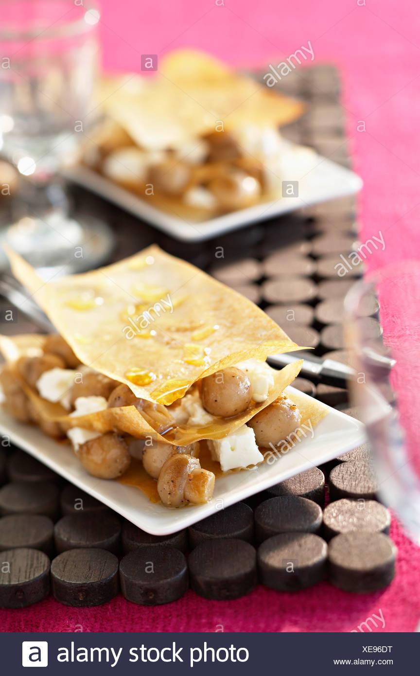 Botón champiñón y queso feta filo pastry starter Foto de stock