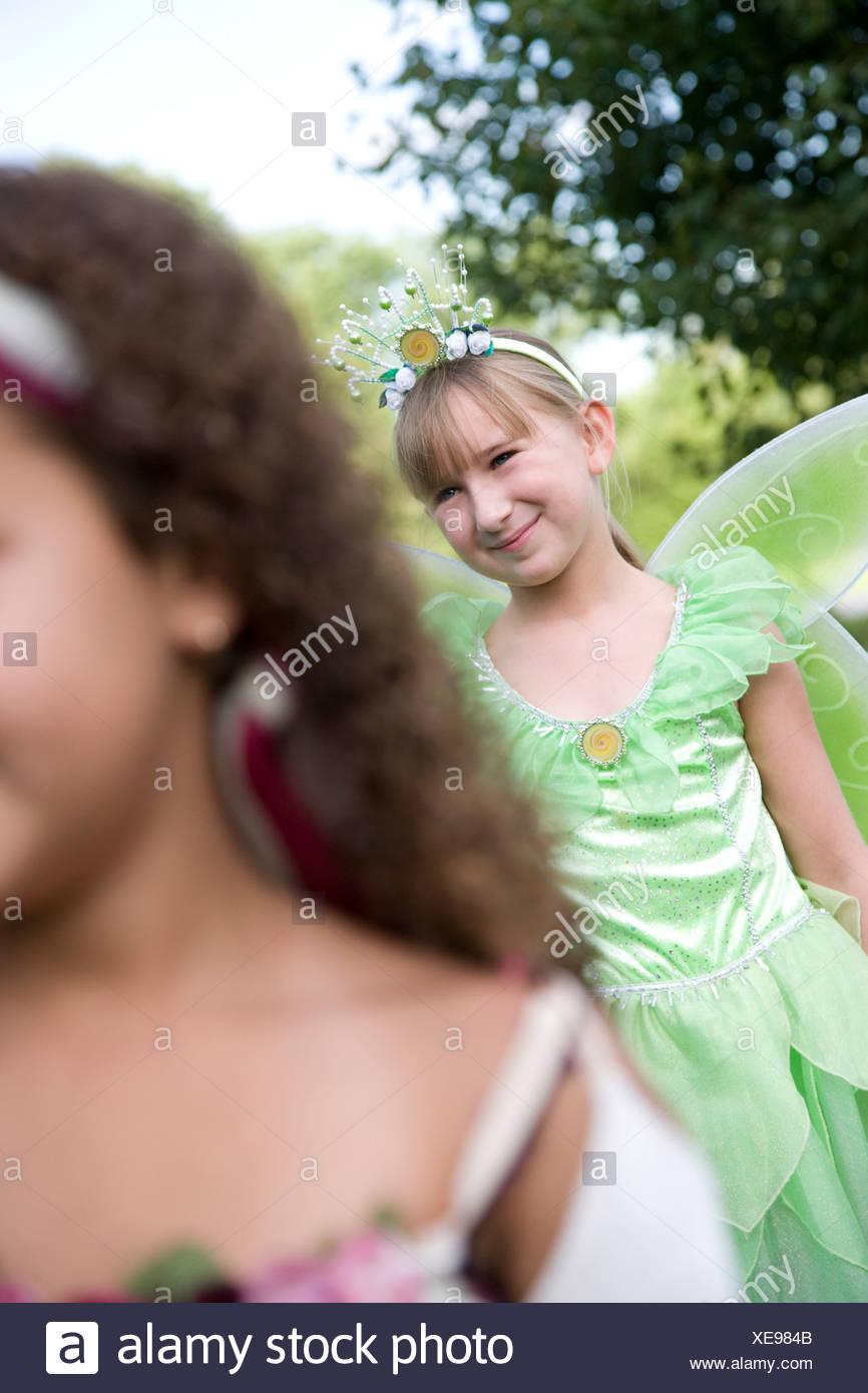 Dos niñas (8-9) en disfraces de Halloween Imagen De Stock